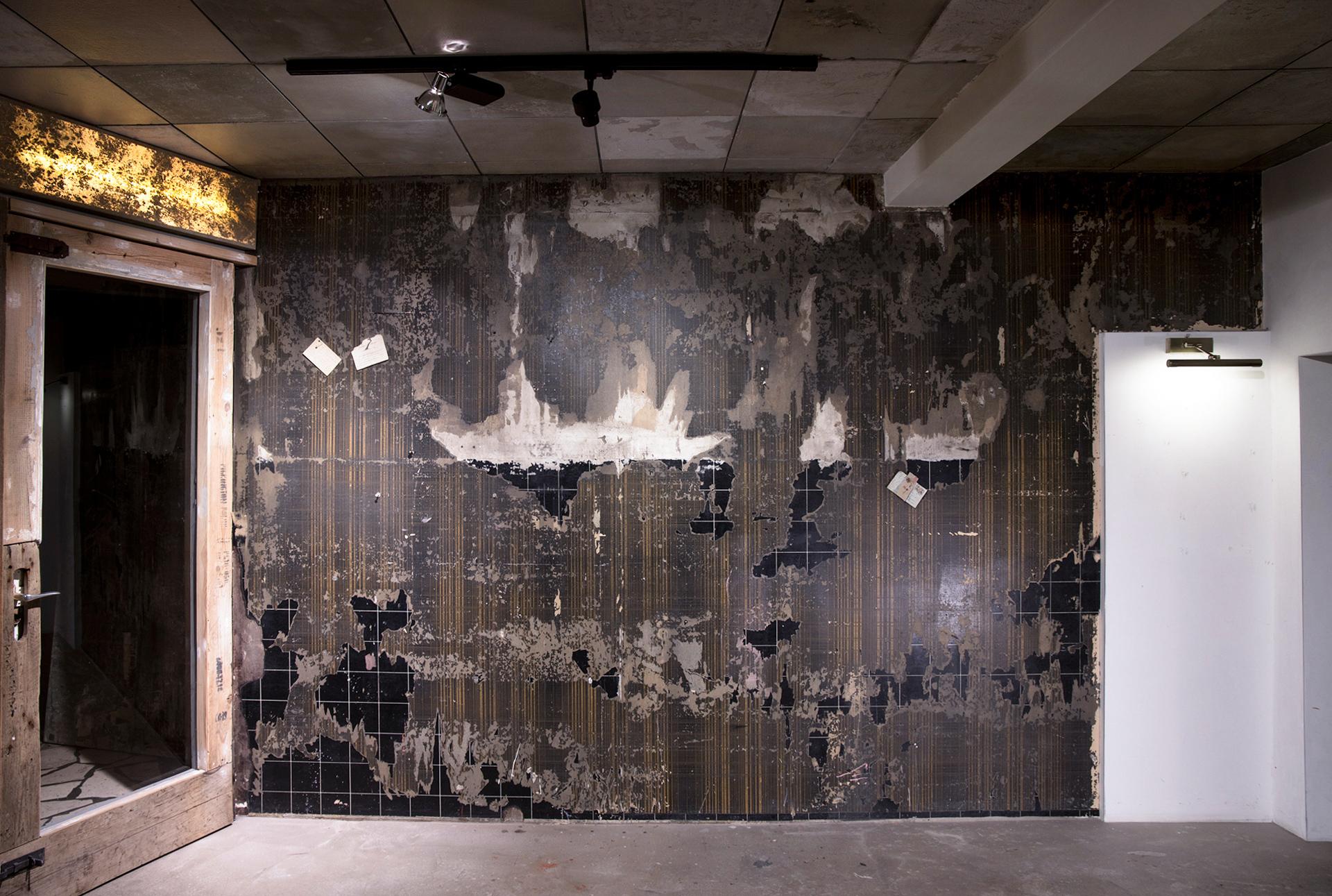 1_gemaelde_paintings_brown_wall