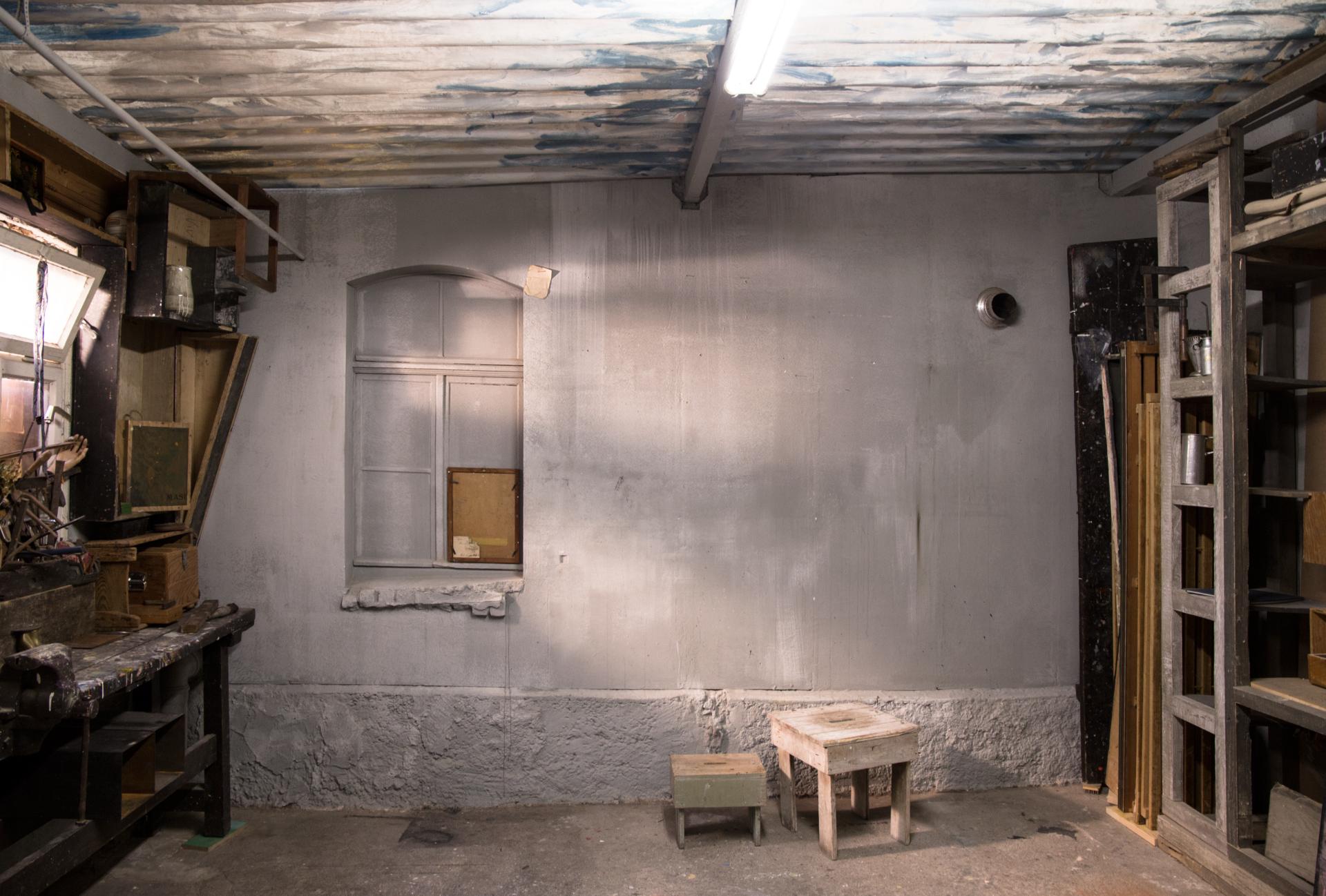 1_gemaelde_paintings_grey_wall
