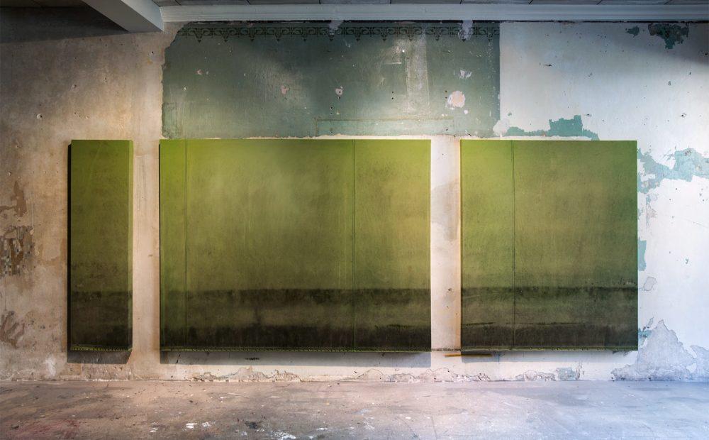 2_gemaelde_paintings_green_wall