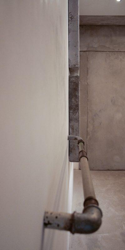 2_gemaelde_paintings_white_wall
